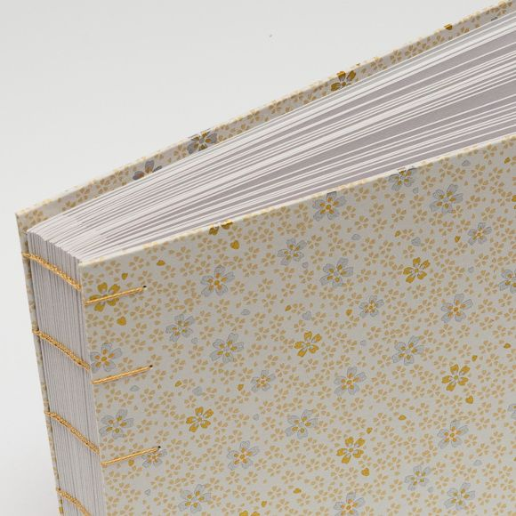 44. Fotoalbum - 15x21 - 30listů (60 fotografií) Uchovejte své vzpomínky v netradičním balení. Do tohoto alba se vejde až 60 fotografií 13x18cm ------------------------------------------------------ Desky alba jsou vyrobeny z tvrdé knihařské lepenky a následně potaženy speciálním papírem s Japonskými motivy chiyogami, který je dovážen ze zahraničí. Album je vázáno koptskou ...