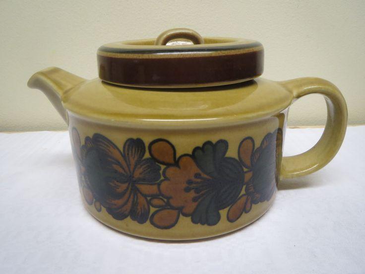 Myytävänä/for sale; Uudenveroinen Arabian Otso -sarjan teekannu, mukana teesihti. 45 euroa.