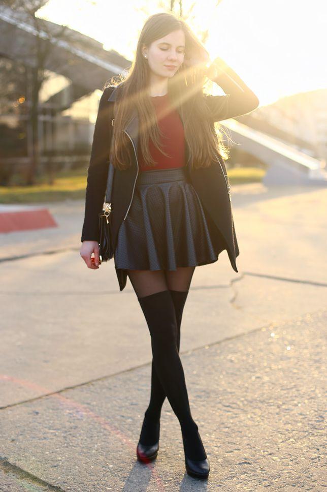 Czarny płaszcz, bordowy T-shirt, skórzana spódniczka i zakolanówki