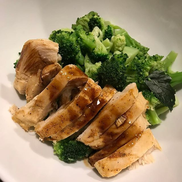 Back in Kansas City, for about 18 hours 🙃 #PostWorkoutMeal tonight is baked @perduechicken breasts covered in @lawrysseasoning teriyaki sauce with @hyvee steamed broccoli 😋 I'm off to Key West in the morning, AND I AM SO EXCITED YOU GUYS!! Prepare yourself for some #VacationEats 🤗 #ThePowerOfShe #IIFYM #IIFYMWomen #XXFitness #PowerliftingWomen #WomenWhoLift #FitFriday #TGIF #FlexFriday #Fit #FitWomen #Fitness #FitTip #WillSquatForFood #BootyBySquats #FueledByPeanutButter #EatClean…
