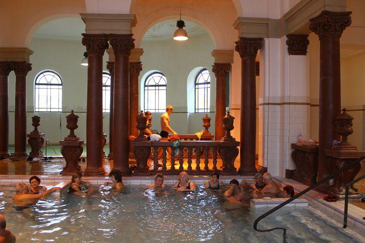 Budapeste é uma das cidades mais emblemáticas da Europa e uma das experiências a não perder aqui são os banhos termais. Aventure-se nesta experiência.