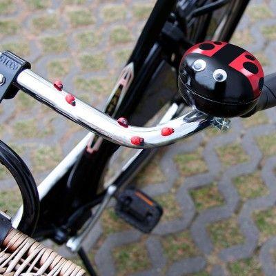 Dzwonek to jeden z ważniejszych elementów wyposażenia rowerowego, mający wpływ na bezpieczeństwo jazdy. Teraz jednak gadżet ten nie musi być nudny! Własnoręcznie udekorowany dzwonek motywem biedronki ożywi rower i sprawi, że każda przejażdżka stanie się jeszcze przyjemniejsza!