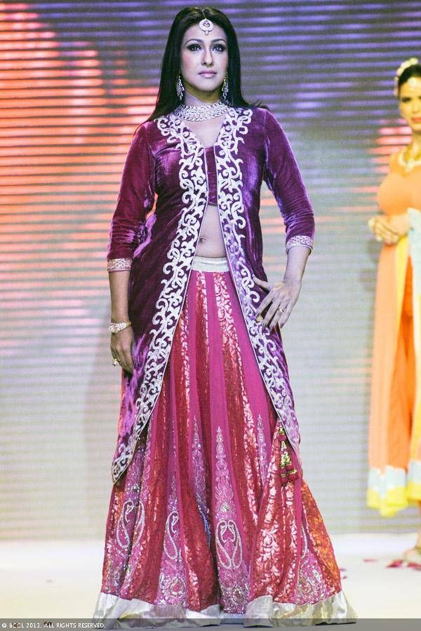 Actress Rituparna Sengupta sizzles the ramp in a jewellery creation by jewellery brand Jewels Trendz during the India International Jewellery Week