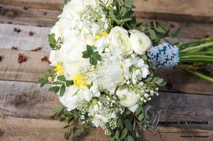 Bouquet de mariée avec hydrangées, tulipes jaunes, renoncules, soupire de bébé, pivoines, mathiolas et eucalyptus.
