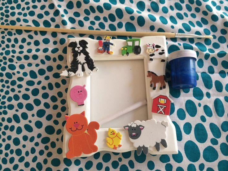 Pipoka Play Kits: Decora tu Marco. Kit de marco hecho en madera, pintura no toxica, pegante, pincel y figuras decorativas. Escoge uno de nuestros cuatro motivos: transporte, dinosaurios, granja y cupcakes.