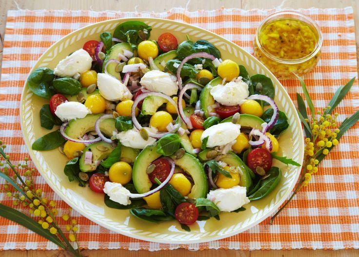 Oppskrift på fargerik salat med masse herlig frukt og grønnsaker, som cherrytomater, mango, avocado, rødløk, babyspinat, ruccola, gresskarkjerner, basilikum og kuler av Snøfrisk. Lag en enkel honningvinaigrette, og server med brød til.