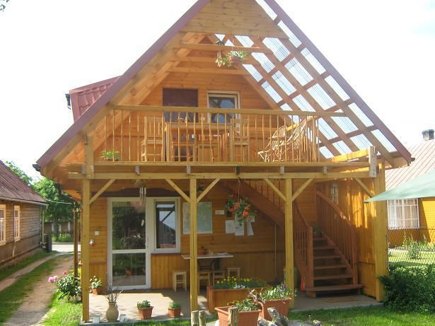 Widok domku od strony podwórka .