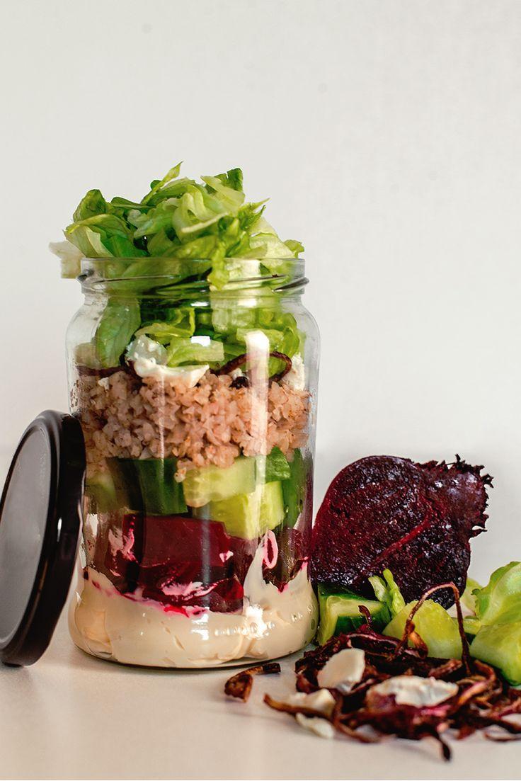 Świeże sałatki w słoiku - sposób na lekki i zdrowy lunch w pracy | RiE World