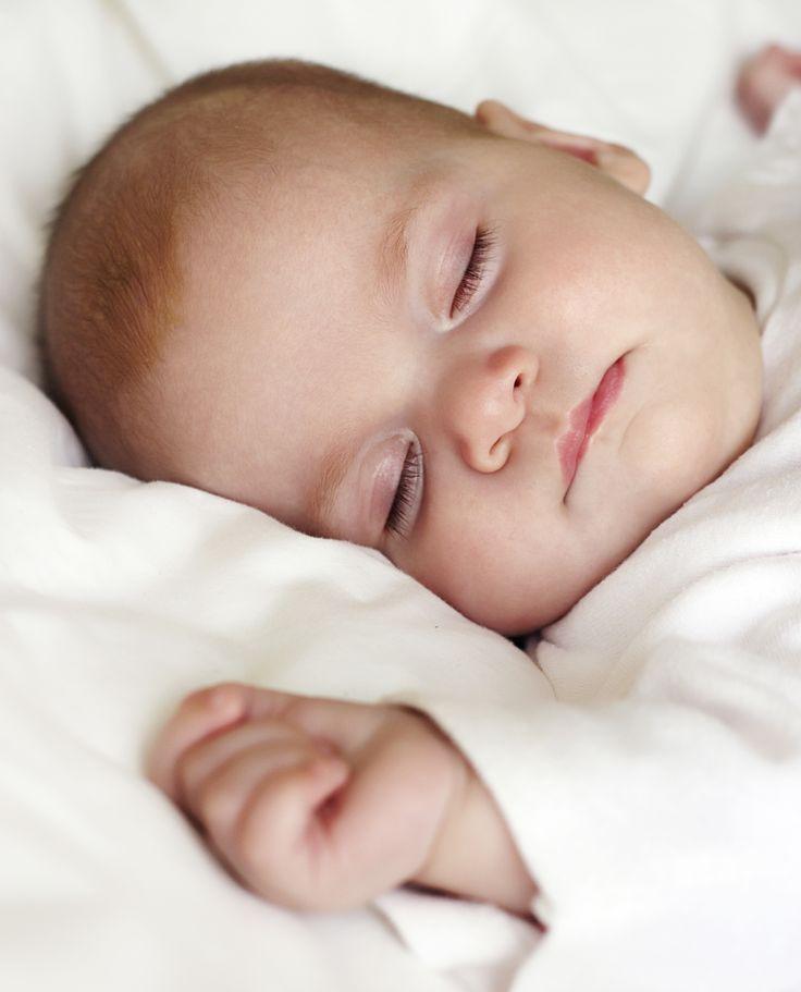 Entre la naissance et l'âge de 3 ans, la structure du sommeil de l'enfant évolue. Connaître les différents cycles de sommeil et comprendre leurs fonctions permet de mieux accompagner les petits dans leur endormissement. Et d'éviter de les lever au mauvais moment. Car tous les réveils ne sont pas les bons !