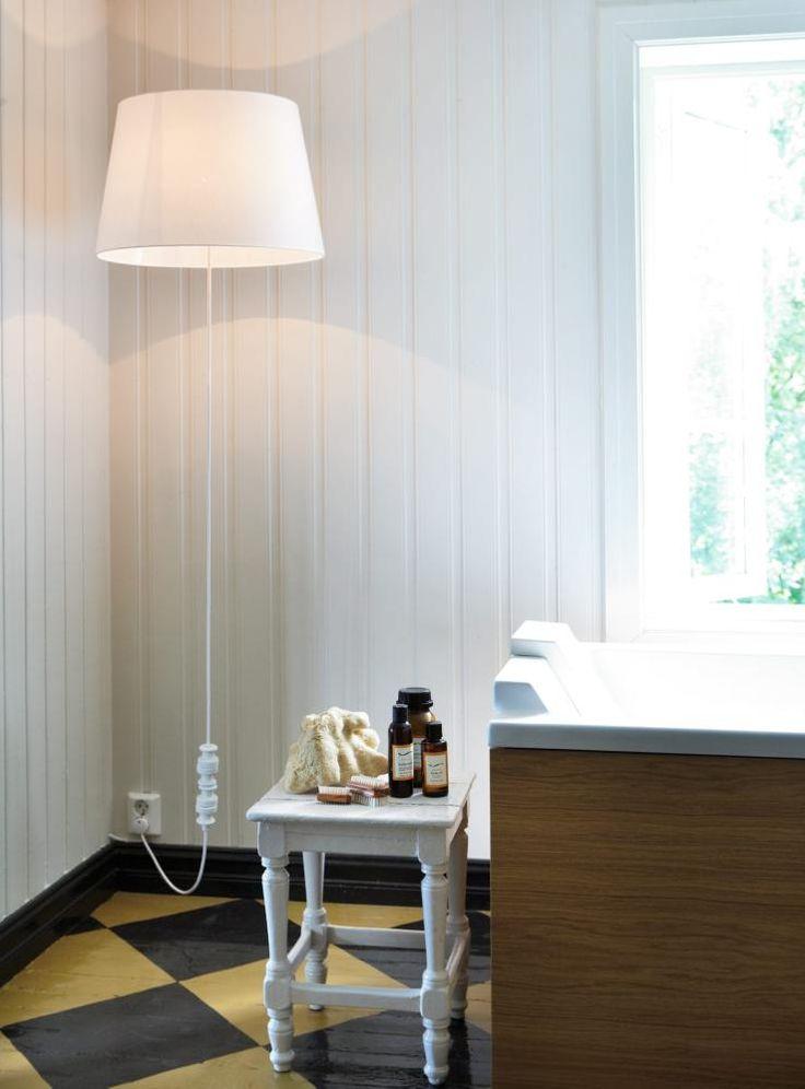 NOE NYTT,NOE BRUKT: Det frittstående badekaret fraDuravit og Philippe Starck er bygget inn i laminerteik, håndlaget fra Caspari møbelsnekkeriet. Karetstår på tregulvet fra 1780, likevel oppfyller det allekrav i våtromsnormen. Lampen er hjemmelaget, et fiskesnøre og en liten krok i taket skaper illusjon av at lampen svever. For at ledningen skal holdes rett og fin, er det festet noen gamle sikringspropper som lodd langt ned på ledningen. Badeproduktene på krakkenkommer fra Gimle Økologiske…