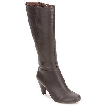 Si usted busca desesperadamente un par de botas su medida, no busque más: acaba de encontrarla en la marca So Size. La marca dedicada a las grandes tallas, concibió un modelo de cuero clásico y elegante. #botas #zapatos #zapatosmujer #moda #spartoo  #mujer #botasaltas