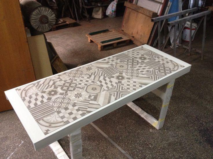 Μεταλλικό τραπέζι με κεραμικά πλακάκια.