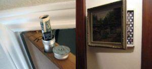 15 απίθανες κρυψώνες μέσα στο σπίτι  Τα πλακάκια-συρτάρια και οι τρύπες στις πόρτες [εικόνες]