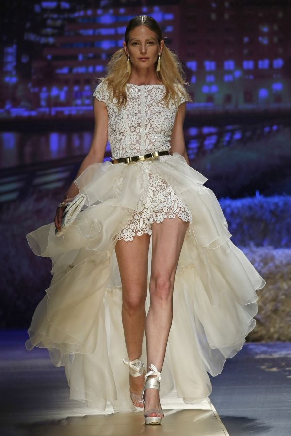 Foto 15 de 30 Original y moderno vestido de novia con falda tail hem | HISPABODAS