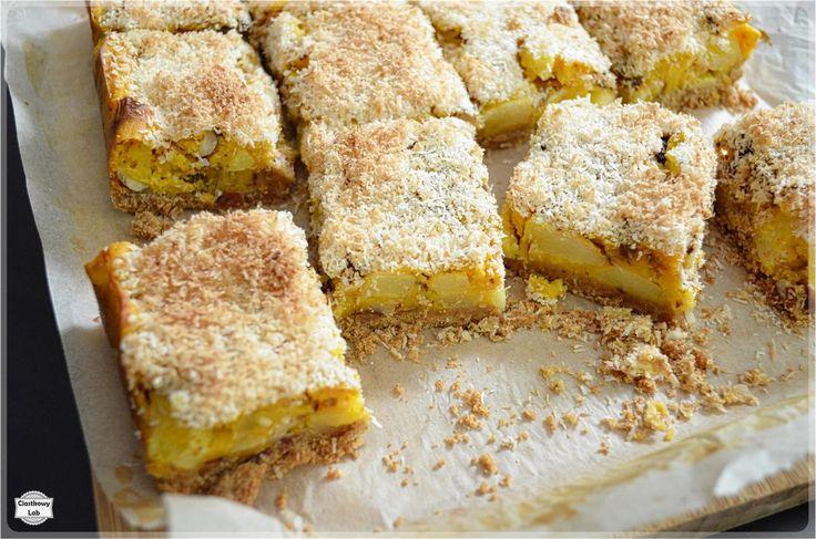 Chrupiący kokos, soczyste jabłka, gorzka czekolada, migdały i rozpływające się w ustach puree dyniowe - takie właśnie jest to ciasto.