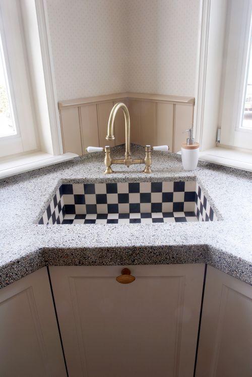 VRI interieur landelijke woonkeuken klassiek creme wit met fornuis terrazzo blad en stenen spoelbak