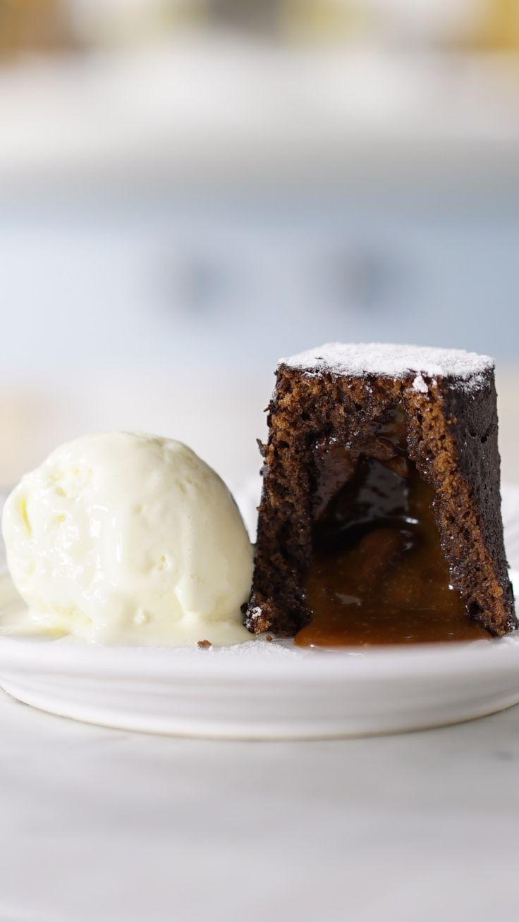 Bolo de chocolate já é uma delicia recheado com caramelo salgado fica melhor ainda!