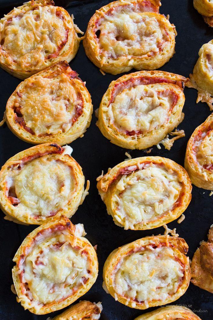 Jag fick ett mail idag från en gullig läsare som undrade om jag inte hade ett recept på pizzabullar och pizzabullar är något som jag faktiskt ofta gör till kidsen men jag har inte lagt ut något recept på det! Detta är grym utflyktsmat eller som ett mellanmål till både vuxna och barn! GOOOOOOOOOOOOOOOODA! Grunden […]