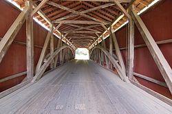 Katettu silta sisältä. Baumgardener's Covered Bridge Pennsylvaniassa Yhdysvalloissa.