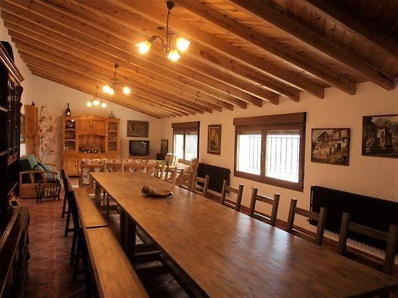 ZAMORA, MANGANESES DE LA LAMPREANA. 6 habitaciones. Casa Rural La Huerta El Tordo, capacidad 13 personas. Tiene 6 dormitorios, 3 cuartos de baño (uno adaptado), amplia cocina equipada y gran salón de 60m² con dos enormes mesas para celebrar grandes banquetes familiares. En el exterior hay porche, amplio jardín y barbacoa cubierta. Situada a las afueras del pueblo y está dentro de la Reserva Natural de las #LagunasDeVillafáfila. Próximo a #Benavente, #Toro o los #ArribesDelDuero.