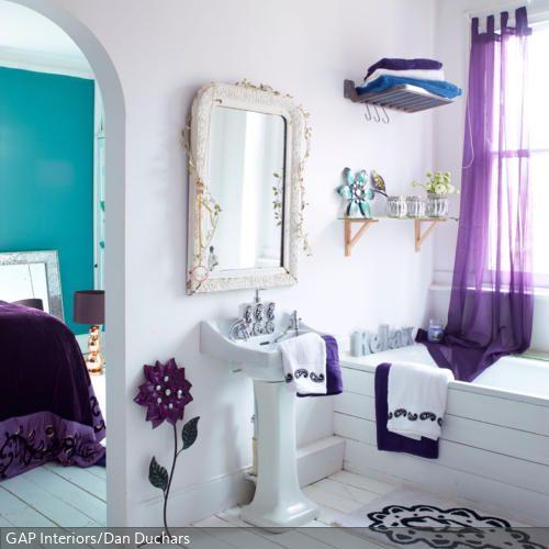 Weiße Holzdielen verleihen dem Badezimmer eine natürliche, romantische Atmosphäre. Damit der Boden aber lange Zeit so schön bleibt, sollte ordentlich gelüftet…