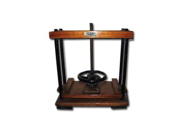 Pomocnicza prasa stojąca – służy do czasowego prasowania opraw, ze względu na wagę łatwa w przemieszczaniu.