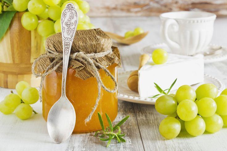 Ricetta marmellata di uva - La ricetta per preparare la marmellata di uva, una conserva deliziosa, perfetta a colazione e molto gustosa con i formaggi.