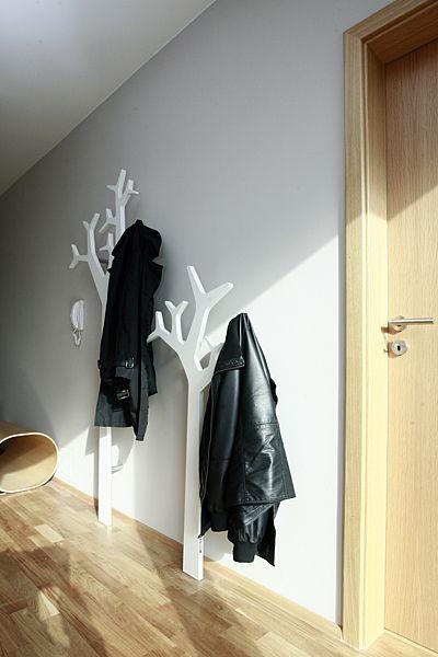 Interiér včetně vstupní haly ve znamení současných trendů. Podlahy i dveře jsou z masivního dubu.