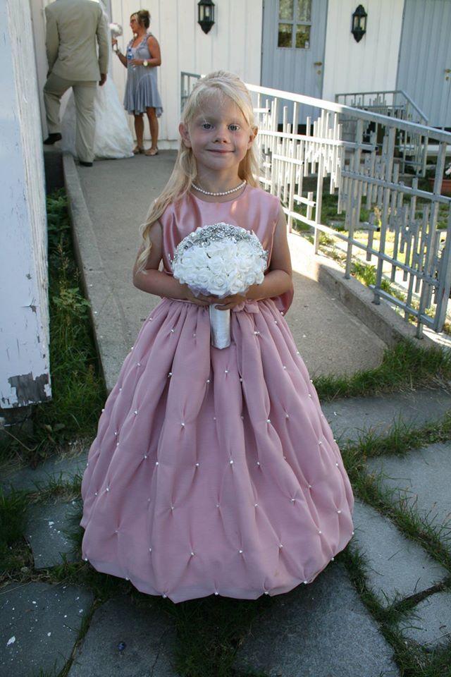 Brudepikekjole i satin og chiffon