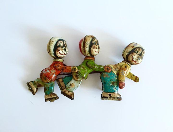 Emaliowana zabawka z lat 60, przedstawiająca łyżwiarki, dla trochę starszych dzieci.  #vintage #vintagefinds #vintageshop #forsale #design #midcentury #midcenturymodern #enamel #toy