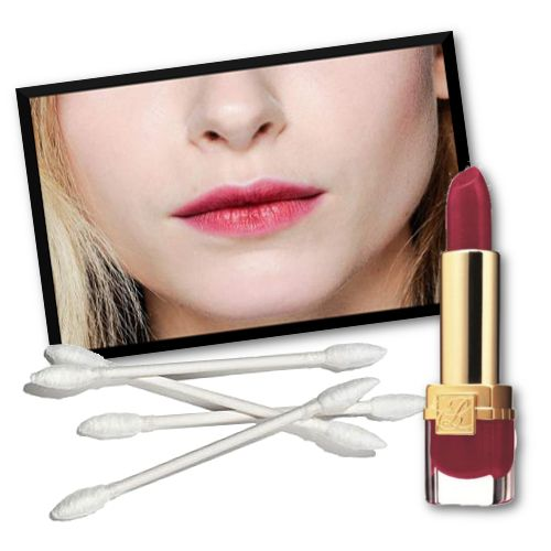 PAUL SMITH Ένα κραγιόν δύο χρώματα. Οι makeup artists του Paul Smith χρησιμοποίησαν το ίδιο κραγιόν για να δημιουργήσουν διαφορετικές αποχρώσεις στα χείλη σβήνοντας προς τα έχω. Κάντε το ίδιο εφαρμόζοντας το κραγιόν και σβήνοντας προς τα έξω με μια μπατονέτα.  Κραγιόν, Pure Color Velvet Lipstick Fuschia, Estee Lauder 27,50€ Μπατονέτες, 2,30€ το πακέτο