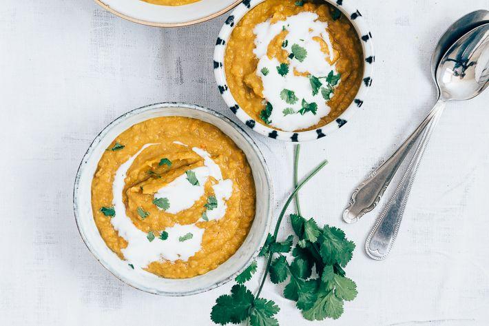 Lekker recept voor Indiase dahl met linzen en zoete aardappel. Deze linzensoep kan je als dikke soep eten, maar eventueel ook als curry. Lekker healthy.