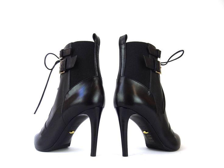 Référence: Ross Bottine T9 en cuir noir Marque:Sergio Rossi Type: Bottines à lacets Détails: Boucles sur l'extérieur de la chaussure Hauteur de talon: 9 cm Semelle: Cuir