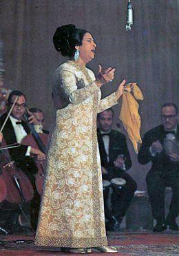 Regardez des vidéos et écoutez gratuitement Oum Kalthoum. Oum Kalthoum (en arabe égyptien أم كلثوم - Om Kalsoum), de son vrai nom Fatima Ibrahim al-Sayyid al-Beltagui, est une cantatrice, musicienne et actrice égyptienne née le 18 décembre 1898 à Tmaïe El Zahayira (Égypte) décédée le 3 février 1975 au Caire, à l'âge de 78 ans. Surnommée l'« Astre d'Orient », elle est considérée, plus de 35 ans après sa mort, comme la plus grande chanteuse du monde arabe. Dotée d&amp...