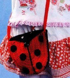 "small crochet bag for girl with long handle Маленькая детская сумочка крючком ""божья коровка"" на длинной ручке. Описание вязания тут: http://vyazanie-sumki.ru/detskaya-vyazanaya-sumochka-bozhya-korovka/"