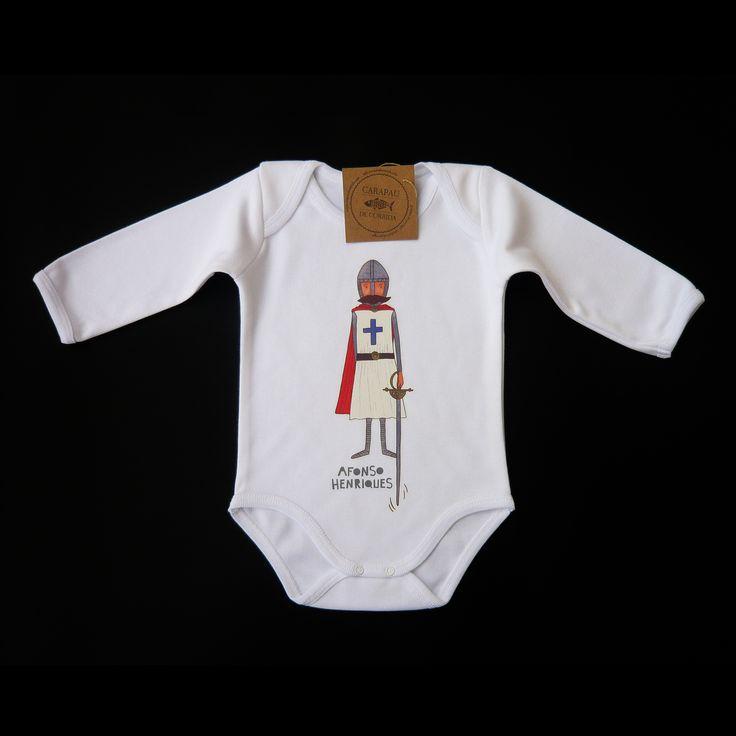 Bodie branco, 100% algodão, com ilustração de Afonso Henriques estampada. T-shirt fabricada em Portugal.