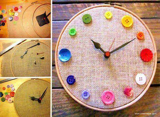 Astăzi facem un ceas! Aveți nevoie de nasturi delicios colorați, de ață și de o pânză întinsă pe un gherghef sau pe o ramă rotundă. Aveți nevoie și de un sistem cu ace de ceas, pe acesta îl puteți lua de la un ceas mai vechi. Cei mici pot astfel să învețe să coase un nasture, pot repeta culorile, cifrele și apoi pot exersa ceasul.