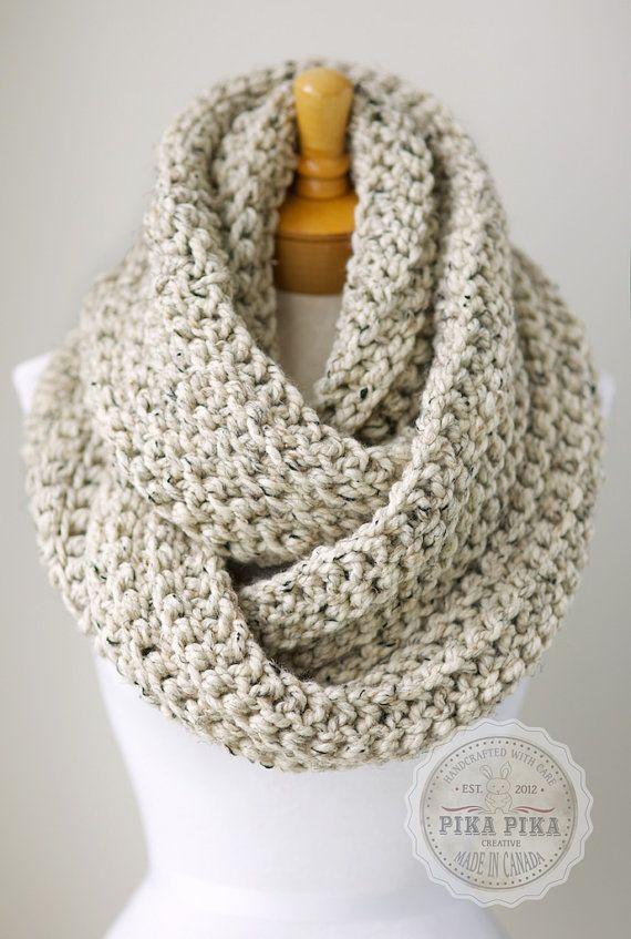 La bufanda es tejer, fornido, y marrón.