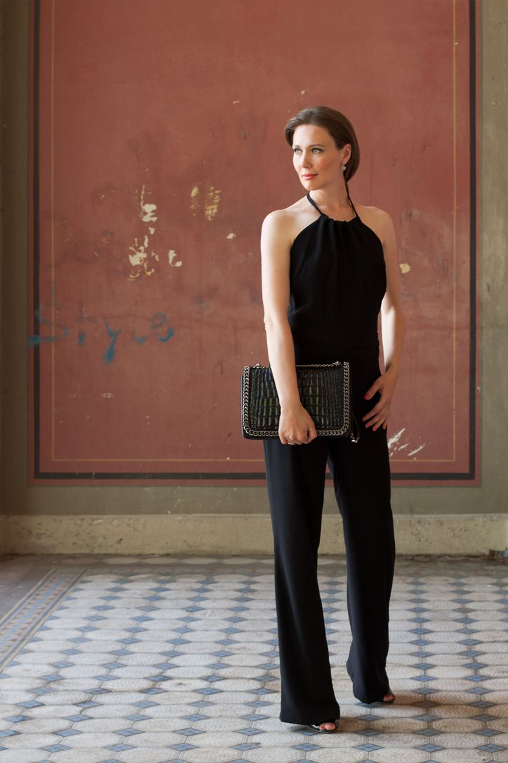 Black Overall -  read the full article on my blog: http://www.moodforstyle.de/outfit-black-necklace-overall/  Overall: Zara | Tasche: Zara | Schuhe: Hoegl | Ohrringe: Christ