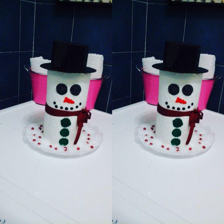Con simple crayones de mis hijos un pedazo de cartón negro y listo el papel de baño esta decorado