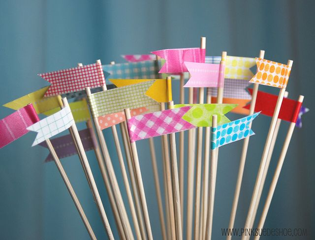 Haz estos banderines con #washi tape y utilízalos para decorar tus #tartas o #cupcakes. http://www.airedefiesta.com/list.aspx?search=washi