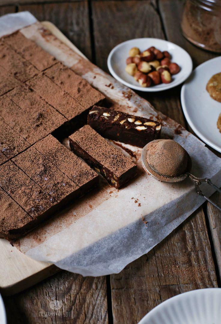 Dominanti ukus čokolade, sa hrskavim momentima… Jesam li vas zainteresovala? Ovo je jedan fini čokoladni kolač, koji se lako sprema. Ako volite čokoladni ganaš, sigurno će vam se svideti. Obogaćen je keksom, suvim višnjama i lešnikom. Slobodno mogu reći da...
