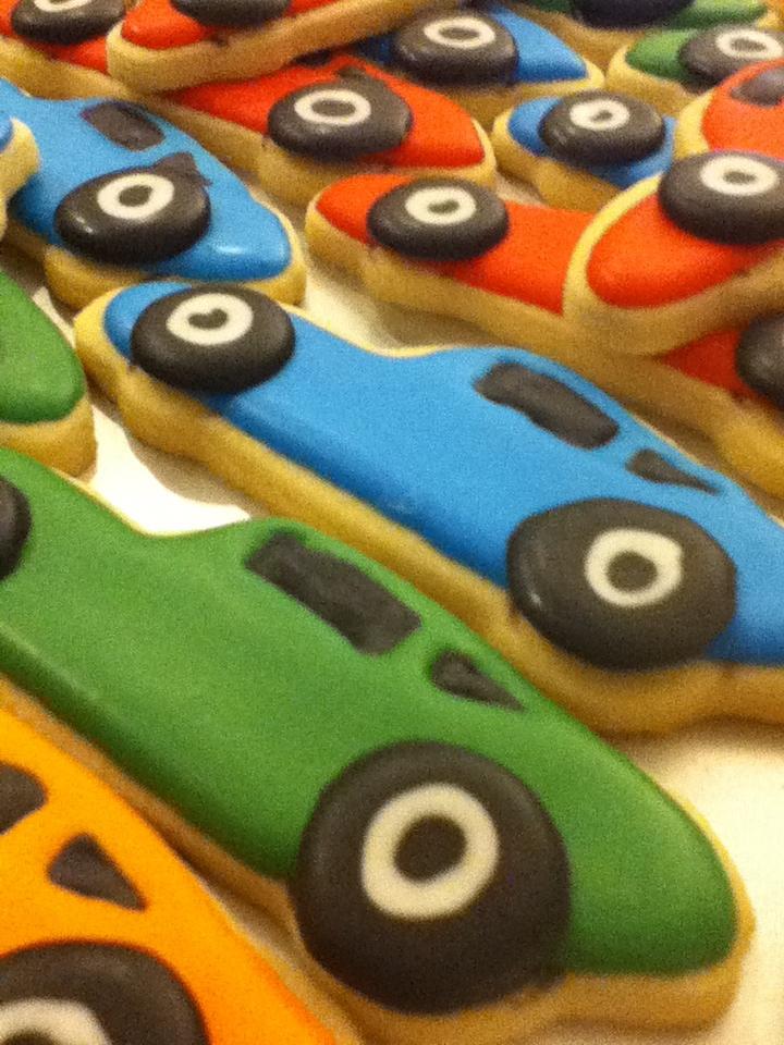BIRTHDAY CARS. Des gâteaux en forme de petites voitures.