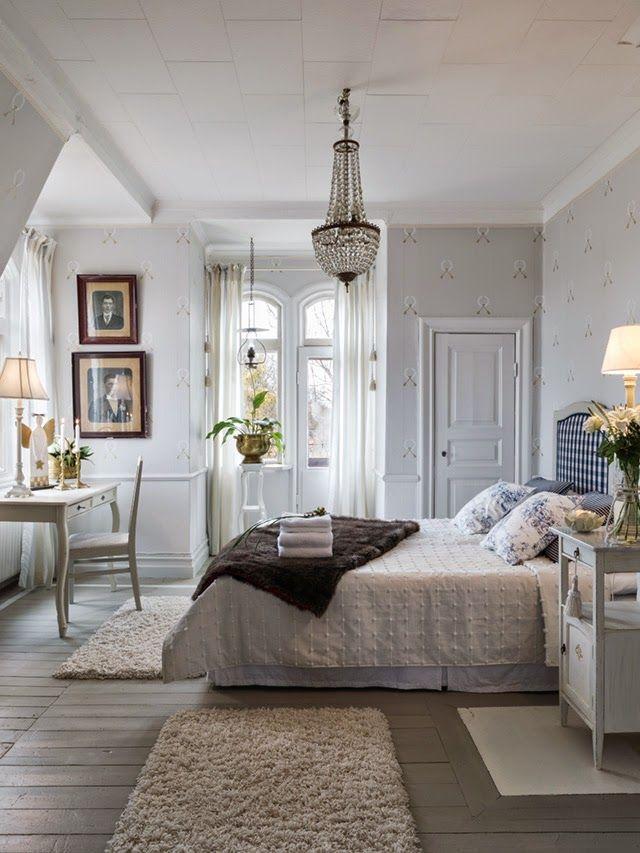 Sängkammarmöbeln köptes för 40 år sedan. Den har sedan följt med genom åren och klätts om för att passa in.