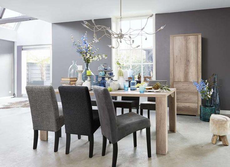 MORITZ is een compleet woonprogramma met een moderne uitstraling. Het  is gemaakt van hoogwaardige meubelpanelen met een krasvaste 3-D  decorlaag. De 3-D decorlaag ziet er uit als echt hout en heeft een  licht reliëf. Het woonprogramma is te combineren met allerlei woon- stijlen en bestaat uit diverse audiomeubelen, kasten, dressoirs,  salon- en eetkamertafels. De eetkamertafels zijn in diverse maten  en meerdere kleuren te verkrijgen.