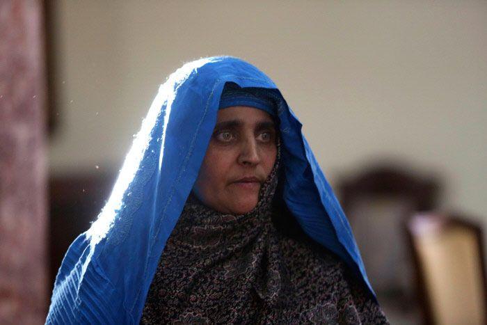 Este es el aspecto actual de Sharbat Gula, la famosa niña afgana de ojos verdes que fue portada de National Geographic en 1985
