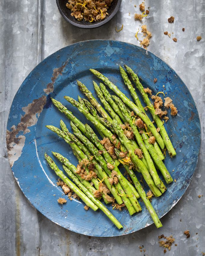 Grilled asparagus. http://www.jotainmaukasta.fi/2016/04/27/grillaus-lehti/