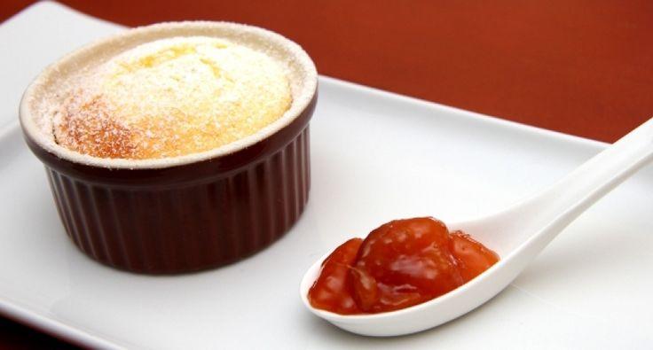 Przepis na suflet z białego sera: Łatwy i szybki w przygotowaniu. Niezwykle pyszny gorący deser. Smakuje genialnie z dodatkiem zimnego dżemu lub z lodami.