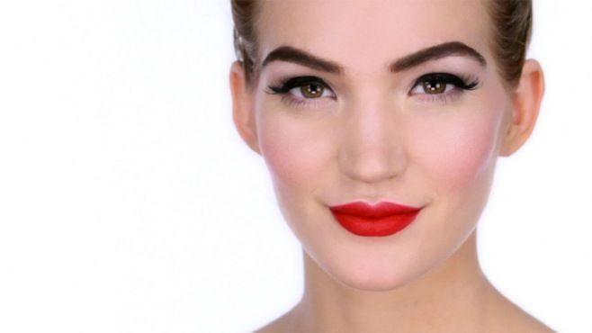Chanel - Lisa Eldridge İle Cesur Pin Up Makyajı Uygulaması - Chanel makyaj uzmanı Lisa Eldridge tarafından Pin up makyajı (koyu renk dudaklar ve keskin hatlı, kuyruklu eyeliner çekilmiş gözler yer almaktadır) yapımı. (Pin Up Makeup Video)