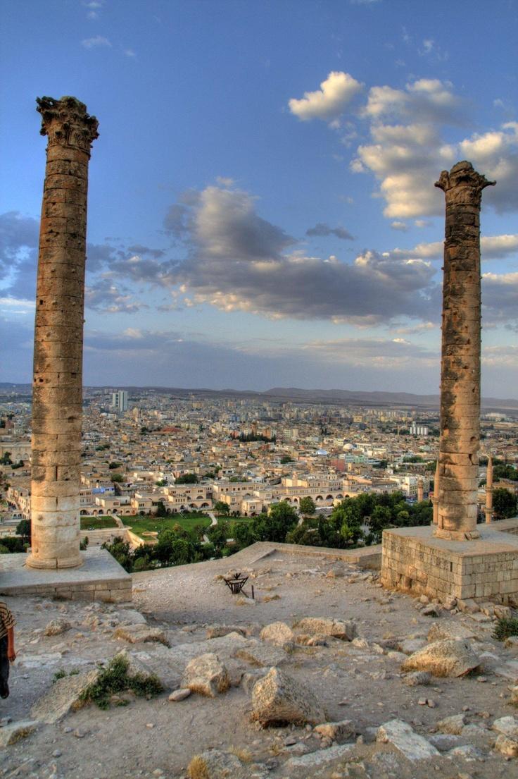 Urfa, Turkey -osrhoene -Mancınık, Şanlıurfa-Halkın mancınık adını verdiği sütunlar. Halk İbrahim Peygamber'in ateşe buradan atıldığına inanır. Bu sütunları Osroen Kralı Eftuha yaptırmıştır. 17.25 m. yüksekliğinde ve 4.60 m. çapındadır.